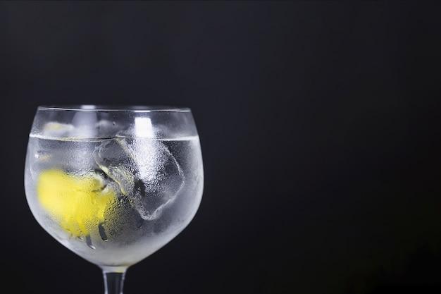 Klassischer cocktail mit lemmon