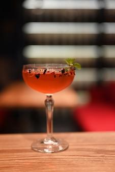 Klassischer cocktail mit minz-sauer-dekoration auf der bartheke im restaurant