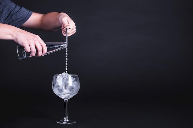 Klassischer cocktail wird vorbereitet