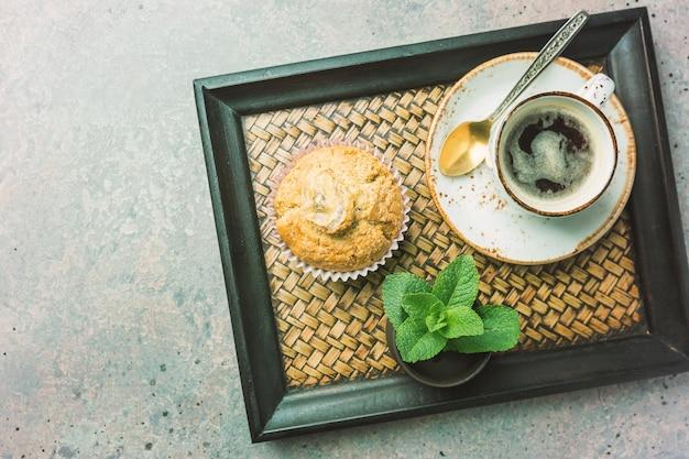 Klassischer espresso schuss mit chip muffin und kaffeetasse auf grauem steintisch draufsicht