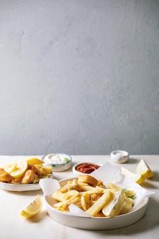 Klassischer fisch mit pommes
