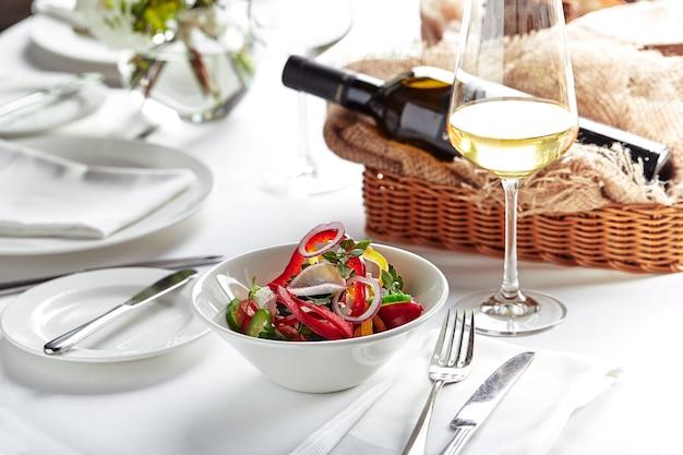 Klassischer griechischer salat. festliche bankettgerichte. speisekarte des gourmetrestaurants. weißer hintergrund.