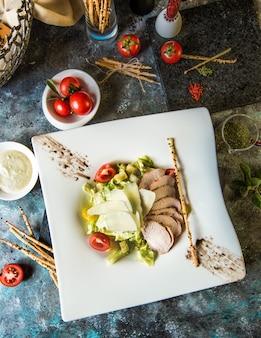 Klassischer griechischer salat mit fischfilet und gemüse