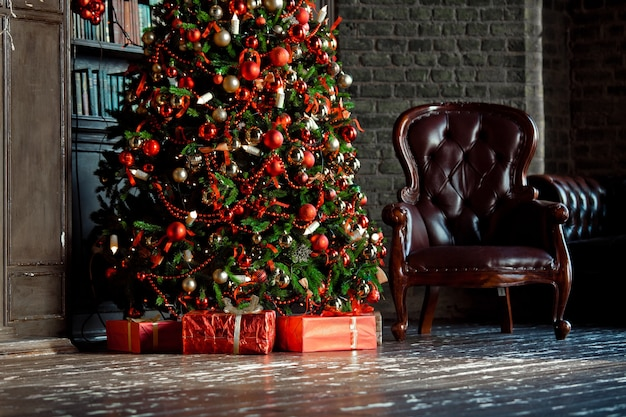 Klassischer grüner baum im raum mit büchern. weihnachtsinnenraum