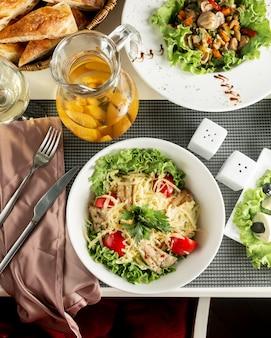 Klassischer hähnchen-caesar-salat