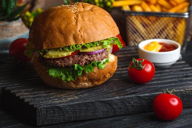 Klassischer hamburger auf hölzernem brett