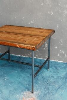 Klassischer holztisch aus möbelfabrik mit rohem und originalem premium-holzschnitt