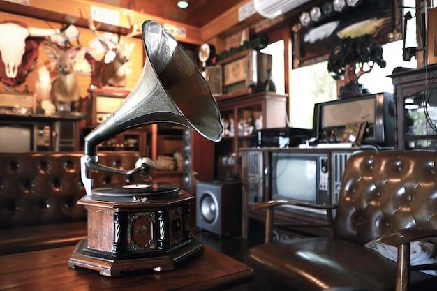 Klassischer innenraum mit grammophon