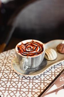 Klassischer karamell-cappuccino mit keksen