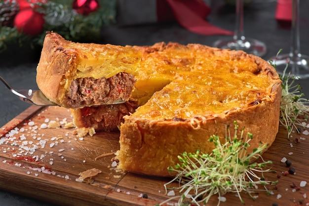 Klassischer köstlicher hirtenkuchen. selektiver fokus. weihnachtsdekoration.