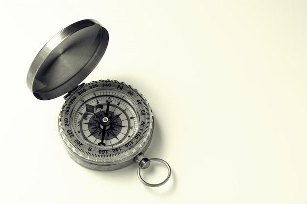 Klassischer kompass auf weißem hintergrund