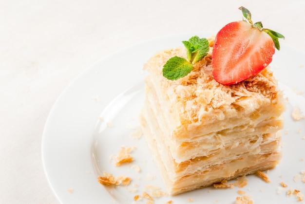 Klassischer kuchen - napoleon oder millefeuille