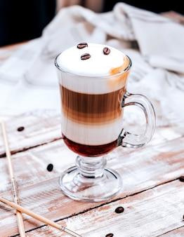 Klassischer latte mit kaffeebohnen