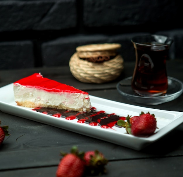 Klassischer quarkkuchen mit erdbeerglasur überzogen