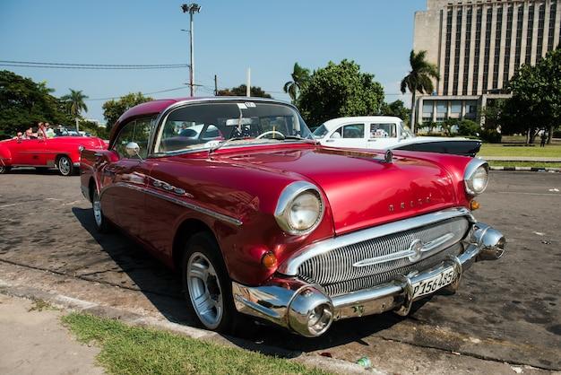 Klassischer retro-oldtimer in alt-havanna-kuba