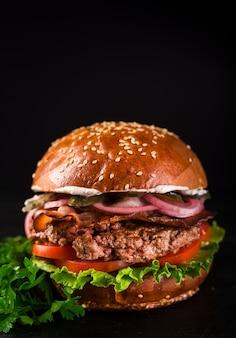 Klassischer rindfleischburger der nahaufnahme mit kopfsalat