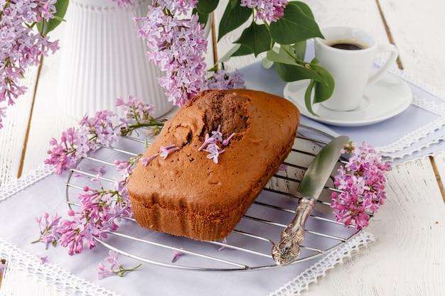 Klassischer schokoladenkuchen zum frühstück auf dem tisch
