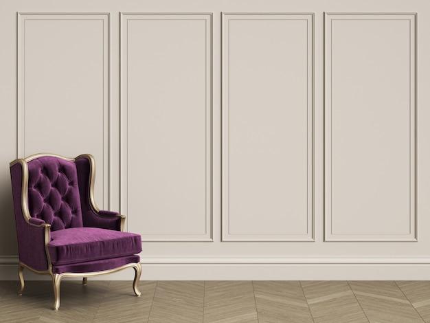 Klassischer stuhl im purpur und im gold im klassischen innenraum mit kopienraum