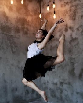 Klassischer tänzer, der in der schönen pose springt