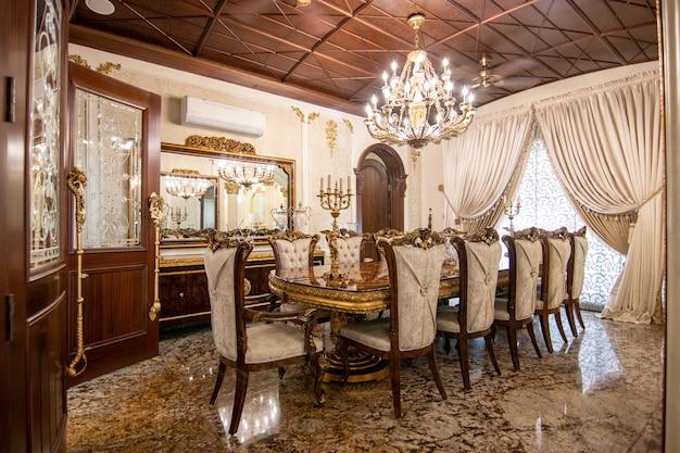 Klassischer und königlicher speisesaal