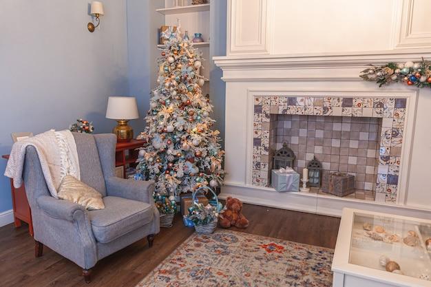 Klassischer weihnachtlich dekorierter innenraum