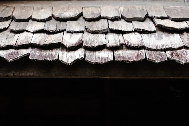 Klassisches altes hölzernes dach der architektur
