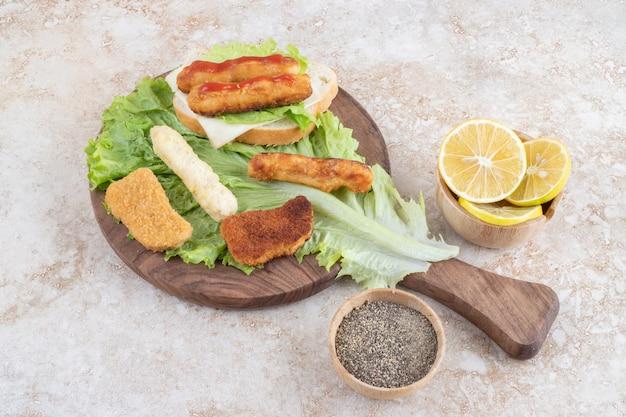 Klassisches bratwurstsandwich mit salat und zitronen.