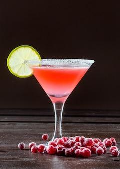Klassisches cocktail an einer dunklen bar