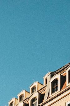 Klassisches europäisches mehrfamilienhaus unter blauem himmel