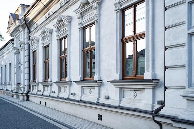 Klassisches fassadengebäude der weinlesearchitektur.