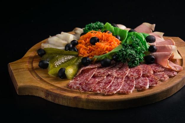 Klassisches fleisch mit eingelegtem gemüse, gemüse und karotten