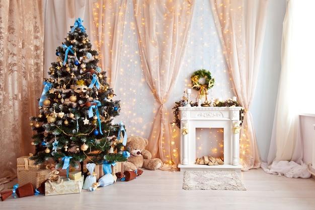 Klassisches grünes baum verziertes weihnachtsspielzeug und kamin