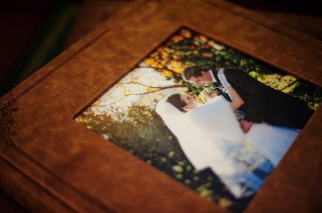 Klassisches hochzeitsfotobuch und -album aus braunem naturleder
