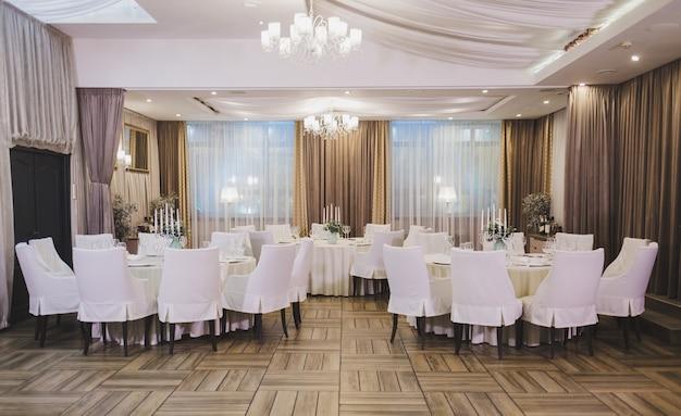 Klassisches interieur eines europäischen restaurants oder cafés