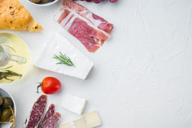 Klassisches italienisches antipasti-set auf weißem tisch, flach gelegt