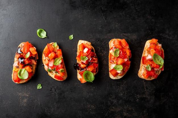 Klassisches italienisches bruschetta gedient auf dunklem brett
