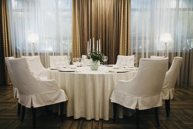 Klassisches restaurant-interieur mit leeren gläsern und tellern