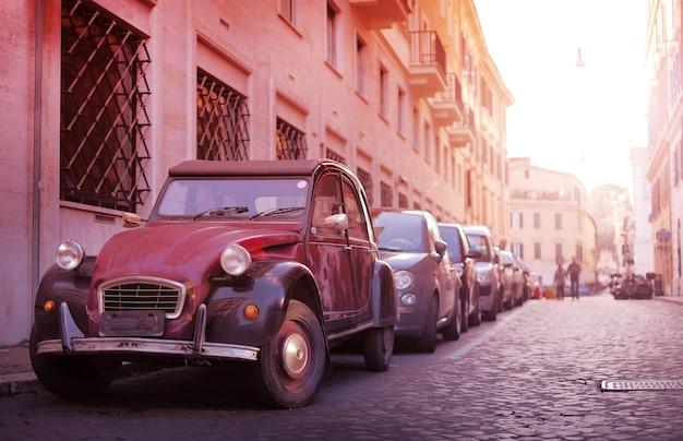 Klassisches retro- auto in der schmalen alten straße der europäischen stadt