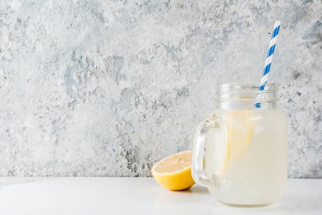 Klassisches saures und süßes hausgemachtes limonadengetränk, sommerliches kaltes eisgetränk