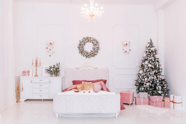 Klassisches schlafzimmer mit weihnachtsdekoration