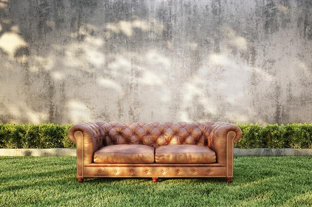 Klassisches sofa mit busch und nacktem betonwandhintergrund.