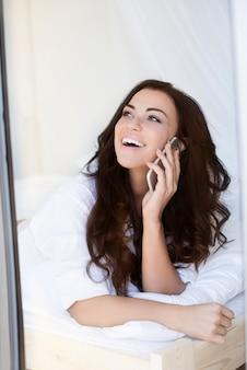 Klatsch mit dem besten freund am telefon