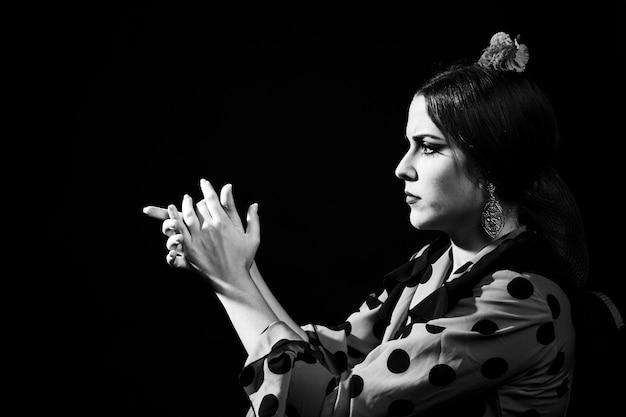 Klatschende hände der schwarzweiss-flamencafrau