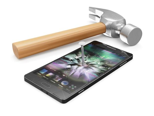 Klauenhammer, der einen metallstahlnagel in das touchscreen-smartphone treibt
