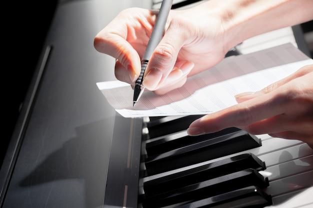 Klavier spielen. nahansicht