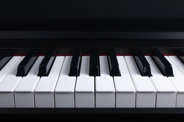 Klaviertastatur mit schwarzen und weißen tasten