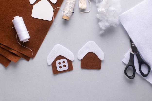 Kleben sie das dach auf das weihnachts-lebkuchenhaus.
