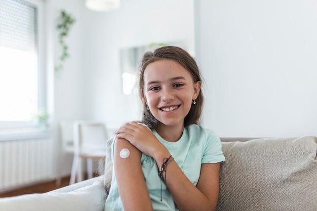 Klebeverband am arm nach injektion von impfstoff oder medizin,adhesive bandages plaster - medical equipment,soft focus klebeverband an einem weiblichen brachium nach der covid-19-impfung
