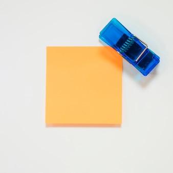 Klebezettel und blaue klammer