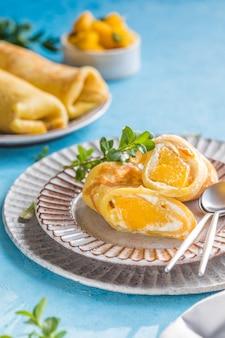 Klebreis- und mango-crpe-kuchenrolle, hongkong, thailändische küche im sommer